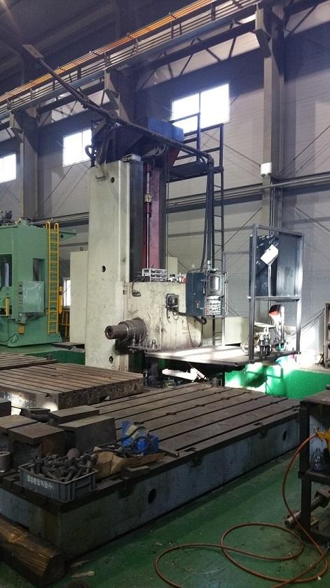 Cnc floor type boring mill. 2