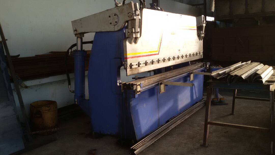 Sheet cutting machine 4